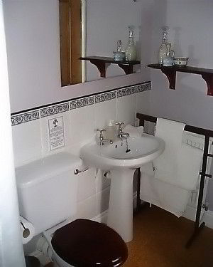 Al bathrooms are en-suite with baths and showers